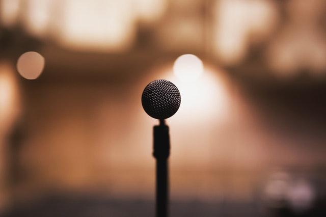 Der Vater des Bräutigams redet Mikrophon