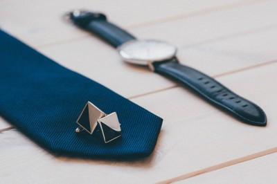 Auswahl der Krawatte und Manschettenknöpfe zur Hochzeit
