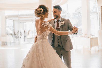 Paar Tanzt Hochzeitswalzer Grundschritt In Tanzhaltung